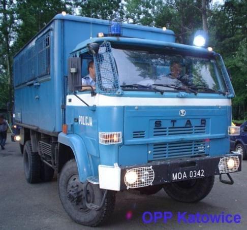 samochód policyjny uterenowiony STAR 244 należący do Oddziału Prewencji Policji w Katowicach Podstawowe dane techniczne : - Wymiary wysokość 2625cm/szerokość 2660cm/długość 5215cm,6310cm,6850cm - ładowność - 5000 kg; - masa przyczepy ciągnionej 5,500 n...