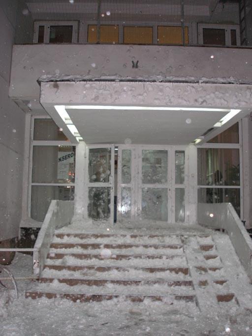 """Akademik """"Akropol"""" na miasteczku studenckim AGH oblepiony śniegiem po Drugiej Bitwie. Autor zdjęcia: okin #ŚniegBitwaAGH"""