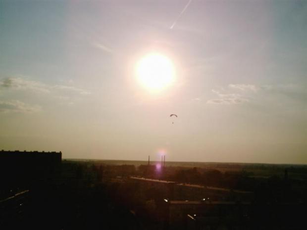 Paralotniarz w blasku Słońca nad osiedlem Niebrów... #paralotnia #tomaszów
