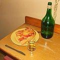 Podano do stołu. #pizza #jedzenie #konsumpcja #wino #stół